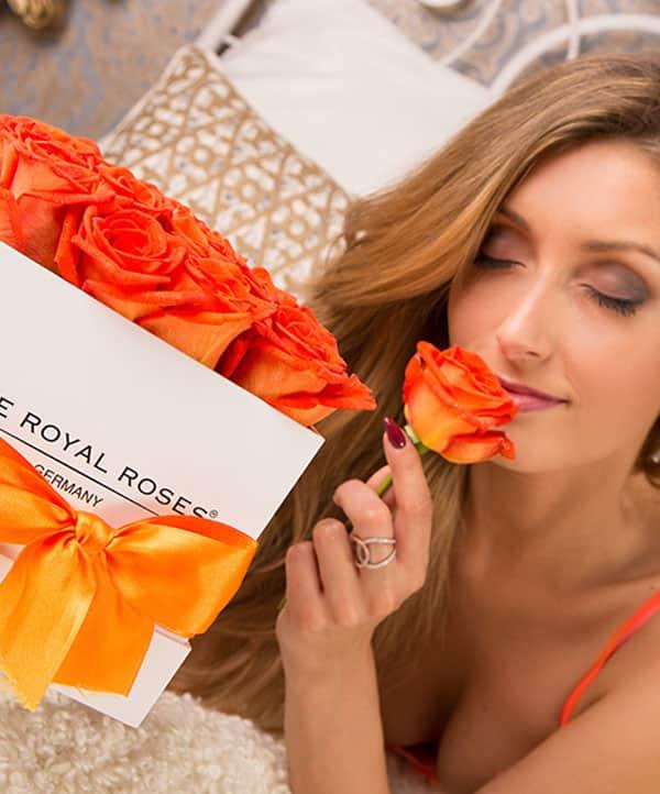 The Royal Roses® Die orangen Rosen in der Royal Cube Box - weiß Flower Box